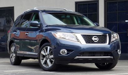 A three-quarter front view of the 2013 Nissan Pathfinder Platinum 4x4