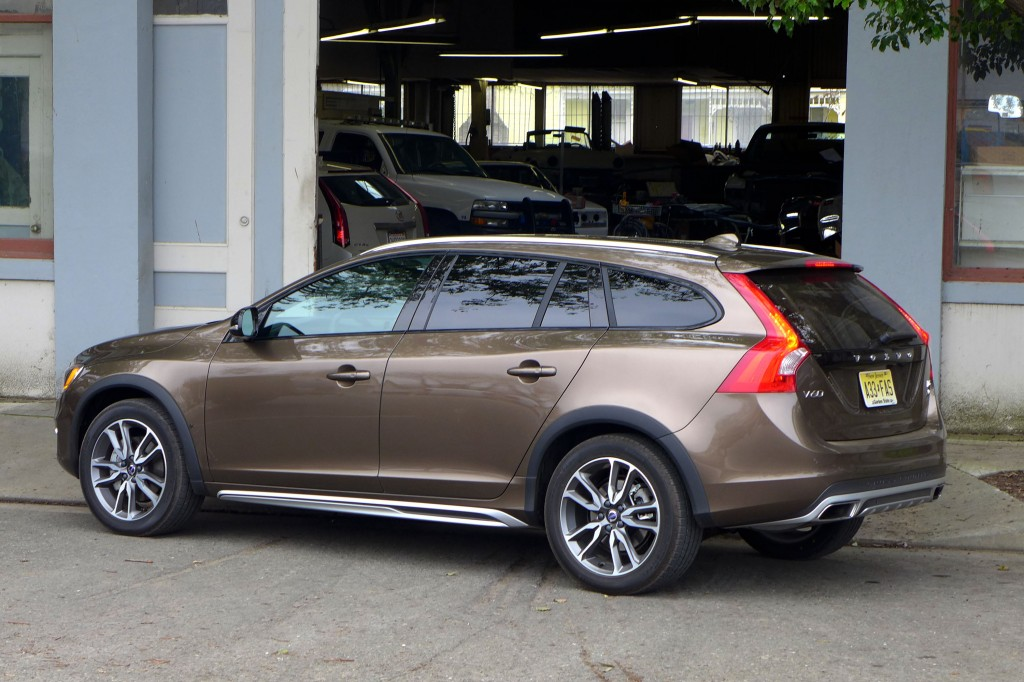 2015 volvo v60 t5 awd cross country review price gayot. Black Bedroom Furniture Sets. Home Design Ideas