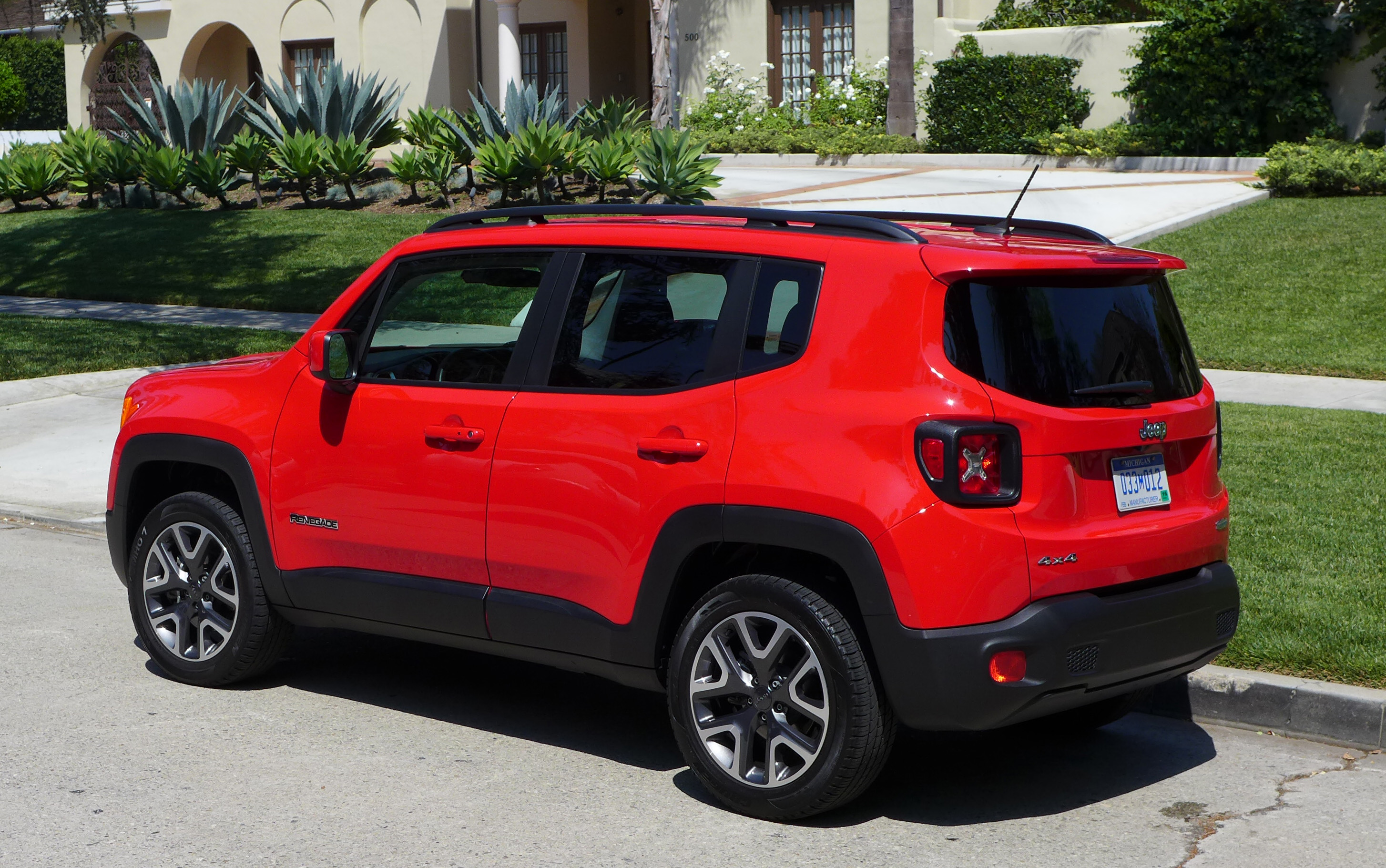 2016 jeep renegade latitude 4x4 review price photos gayot. Black Bedroom Furniture Sets. Home Design Ideas