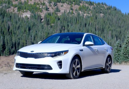 A three-quarter front view of the 2016 Kia Optima 2.0T SX