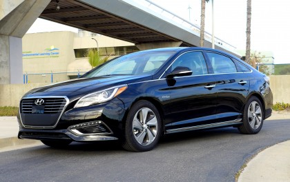 A three-quarter front view of the 2016 Hyundai Sonata Hybrid Limited