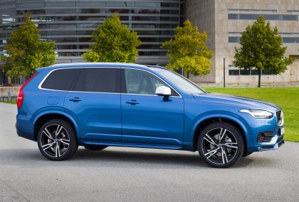 A three-quarter front view of the 2016 Volvo XC90 T6 AWD R-Design